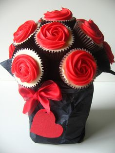 Cupcakes Take The Cake: Red rose flower cupcake bouquet for Valentine's Day❤❤❤ Cupcakes Flores, Flower Cupcakes, Cute Cupcakes, Cupcake Cookies, Cupcake Bouquets, Mocha Cupcakes, Gourmet Cupcakes, Strawberry Cupcakes, Pink Cupcakes