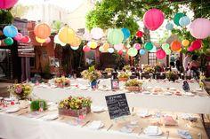 Une décoration de cérémonie de mariage avec demoiselles d'honneur en tutus. L'arche décorée de boules de fleurs colorées peut etre aussi décorée de guirlandes de perles. On peut choisir une décoration champêtre colorée, une déco bollywood, ou un theme...