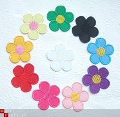 Bloemen van vilt in 10 kleuren - 4,5 cm.  strijkapplicaties