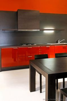 #Kitchen Idea of the Day: Modern Red Kitchens. Very lovely, two tone red dark wood hood Modern Minimalist Living Room, Minimalist Furniture, Minimalist Home Decor, Minimalist Interior, Minimalist Bedroom, Living Room Modern, Two Tone Kitchen Cabinets, Kitchen Cabinet Colors, Minimalist Kitchen Counters