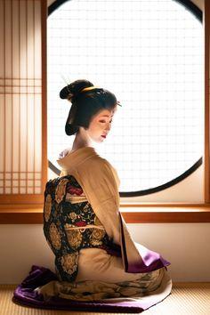 Traditional Japanese Kimono, Japanese Geisha, Japanese Beauty, Vintage Japanese, Asian Beauty, Geisha Art, Kimono Japan, Aesthetic Japan, Japanese Costume