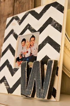 diy chevron frame @ Home Design Ideas Cute Crafts, Crafts To Make, Diy Art, Craft Gifts, Diy Gifts, Chevron Frames, Grey Chevron, Bricolage, Crafts