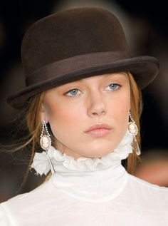 Which face shapes do you think looks best in a derby? Frida Gustavsson at Ralph Lauren Frida Gustavsson, Estilo Glamour, Ralph Lauren Style, Love Hat, Mode Style, New York Fashion, Hats For Women, Beret, Classy Outfits