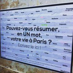 """""""Pouvez-vous résumer en UN mot votre vie à Paris""""? Voilà la question que pose l'artiste Victor Guérin aux habitants de la capitale en collant de gigantesques affiches aux quatre coins de la ville."""