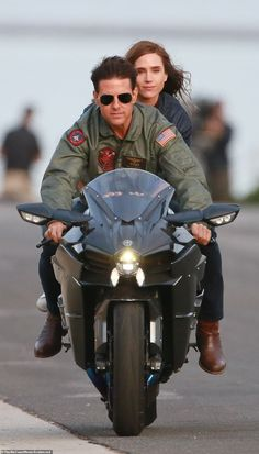 Tom Cruise recreates iconic Top Gun scene with Jennifer Connelly Stud: Cruise would have been 24 when the original flick was released in 1986 And he didn't appear to have aged a day as he donned his military jacket and aviators Jet Fighter Pilot, Fighter Jets, Soldado Universal, Top Gun Movie, Celebridades Fashion, Motorcycle Wallpaper, All Meme, Jennifer Connelly, Super Bikes