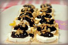 Bocaditos de mermelada de moras, queso de cabra y pipas