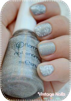 Manicura delicada en gris con estampado floral