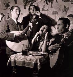 fadista-in-alfama-lisboa-1946-old-portugal-toni-frissell.jpg