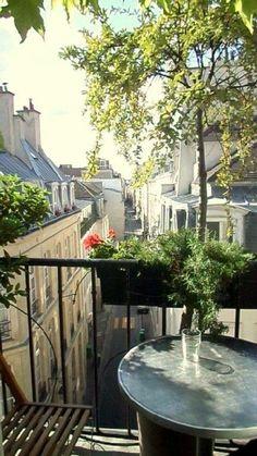 Terrasje in Parijs, alsof je 100 jaar terug in de tijd gaat