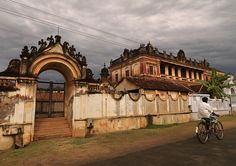 Cyclist Riding Along The Chettiar Mansion In Chettinad, Kanadukathan India Manor Houses, Village Houses, Chettinad House, Beautiful Homes, Beautiful Places, Royal Furniture, Ride Along, Vintage India, Indian Architecture