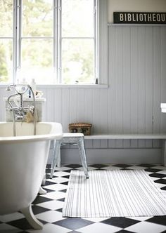b&w floor in the bath I fekete-fehér padló a fürdőben Bathroom Style, Vintage Bathrooms, Bathroom Styling, Rustic Bathroom Ideas Farmhouse, White Marble Bathrooms, Flooring, Cottage Bathroom, Beautiful Bathrooms, Bathroom Inspiration