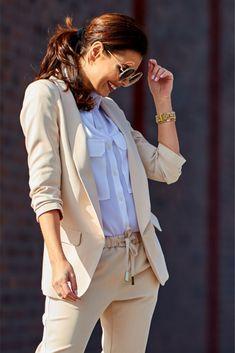 Sacou office-elegante bej cu maneci trei sferturi si guler. Blazer Fashion, Fashion Line, Smart Casual, Satin, Spandex, Coat, Model, Outfits, Style