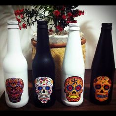 Garrafinhas com caveiras-mexicanas. Perfeitas para um presente criativo! Podem servir como decoração, como vasinho de flores também! Material: Garrafas recicladas, pintadas com Spray (preto, branco, vermelho) e colagem.