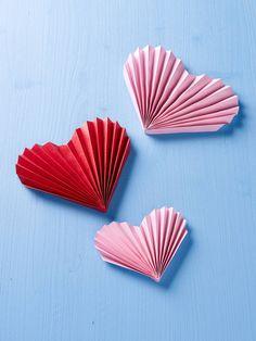 burda style, Zum Verlieben, Süße Deko-Idee für einen romantischen Valentinstag: So bastelt ihr die herzförmigen Papierfächer.