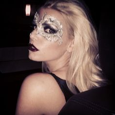 Jessica Simpson donned an elaborate mask on Friday.