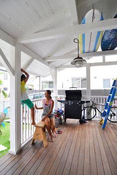 アメリカから輸入したプロパンガスを使うバーベキューグリルは、友人が遊びに来た際に大活躍。梁にサーフボードを収納。