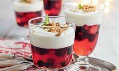 Uma adaptação ao famoso trifle de frutos vermelhos, este bem mais leve e saudável. As natas são substituídas por iogurte grego que combinam com a bolacha.