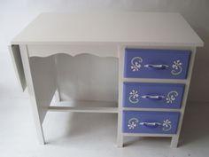 Old little desk; blue and white flowers. For sale by Mimi and Co #kinderbureau #kindermeubelen #kinderkamers