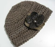 Crochet hat with felt flower/Cappellino ad uncinetto con fiore in feltro