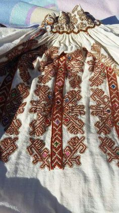 c/o Sanda Luiza Goga Folk Embroidery, Embroidery Stitches, Embroidery Patterns, Machine Embroidery, Folk Costume, Costumes, Antique Quilts, Cross Stitching, Going Out