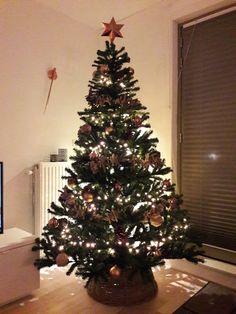 Kerstboom koper en hout met natuurlijke materialen en kleuren