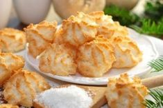 coconut macaroons- Kokosmakronen Delicious and easy to bake: Recipe for fine coconut macaroons, which are always welcome as a souvenir. Baking Recipes, Cookie Recipes, Snack Recipes, Snacks, Coconut Muffins, Coconut Macaroons, Coconut Cookies, Desserts With Biscuits, Macaroon Recipes
