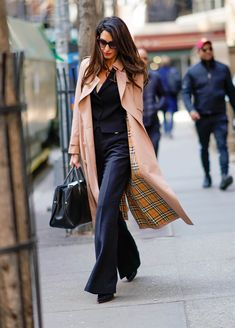 Amal Clooney wearing a Burberry Tropical Gabardine trench in New York Lawyer Fashion, Office Fashion, Work Fashion, Fashion Looks, Amal Clooney, Spring Work Outfits, Fall Fashion Outfits, Womens Fashion, Amal Alamuddin Style