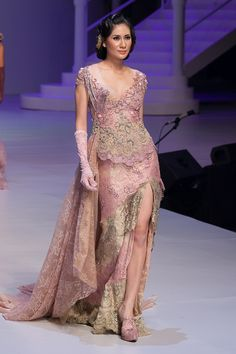 Pagelaran 25 Tahun Anne Avantie Berkarya – Bagian 3 – The Actual Style Kebaya Lace, Batik Kebaya, Kebaya Dress, Batik Dress, Kimono, Evening Dresses For Weddings, Evening Gowns, Pretty Dresses, Beautiful Dresses