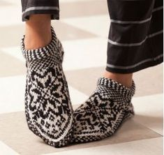 Ravelry: Norwegian Star Slippers pattern by Laura Farson From: Knitting… Knitted Slippers, Slipper Socks, Crochet Slippers, Knit Crochet, Fair Isle Knitting, Knitting Socks, Free Knitting, Knit Socks, Norwegian Knitting