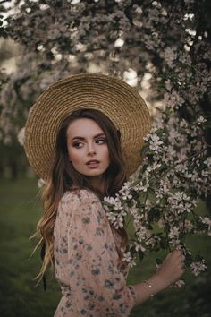 Model Poses Photography, Creative Portrait Photography, Teen Photography, Spring Photography, Fantasy Photography, Foto Glamour, Outdoor Portraits, Foto Pose, Photoshoot Inspiration
