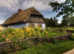 Kliknij aby obejrzeć w pełnym rozmiarze Beautiful Homes, Beautiful Places, Fairytale Cottage, Natural Pond, Autumn Scenery, Cabins And Cottages, Arte Popular, Country Life, Garden Inspiration