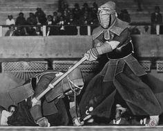 Demostración de esgrima japonesa en el estadio Luna Park, 16 de noviembre de 1933.  Documento Fotográfico. Diario Crítica. Inventario 804438.