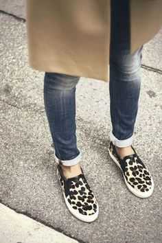 I'm really liking this new slip on sneaker trend (but only with bare feet, so I'm waiting for the temperature to go up). And if so, would you buy a patterned or a plain pair? Leopard Sneakers, Leopard Shoes, Leopard Vans Outfit, Leopard Print Trainers, Leopard Print Pumps, Looks Street Style, Looks Style, Crazy Shoes, Me Too Shoes