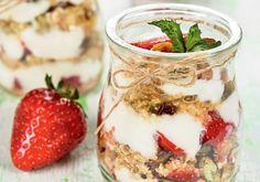 Potinhos de frutas com iogurte e granola