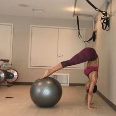 Grab a medicine ball right now and let's hit that core tribe. This one is a really challenging one. [tag a friend]    Agarra una bola suiza…