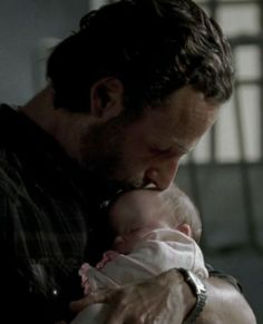 Walking Dead - Rick Grimes kissing his baby daughter