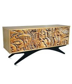 Balcão em lamina natural de freijó com 3 portas com impressão digital. Pés em madeira maciça ebanizada.    www.desmobilia.com.br