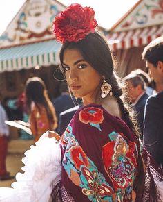 Que guapa @martalozanop #flamencass #flamencassconarte #modaflamenca #complementosflamenca #trajedeflamenca #feria foto de @jesusisnard