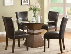 mesa con tope de cristal y sillas de cuero