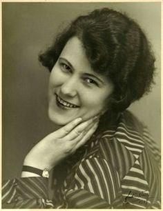 "FAKf-100657.282735 Premiebilde frå fotograf Martin Velle sitt arkiv. Etikett: ""Ophengt på Fredrikstad Foto-Klubs 3. landsutstilling for billedmessig Fotografi 1929."" Portrett, kvinne, Ørsta | 1920 - 1929"