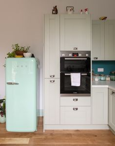 Light kitchen with painted shaker doors - Sheffield Sustainable Kitchens