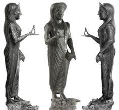 """La """"Signora"""" di Marzabotto. Statuetta in bronzo raffigurante una donna che tiene in mano un fiore di loto. Museo Nazionale Etrusco di Marzabotto"""