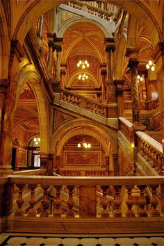 Glasgow Council Chambers' marble staircase.         Photo by http://www.travellerspoint.com/users/StephenJen/