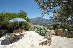 Maison écologique à Scopello, Italie. Viscari is a small and enchanting village carved out of ancient caves that were used in ancient times for the seasonal migration of livestock.  The dwelling place (home/villa), immersed in the nature with a breathtaking view, an ideal place to rel...