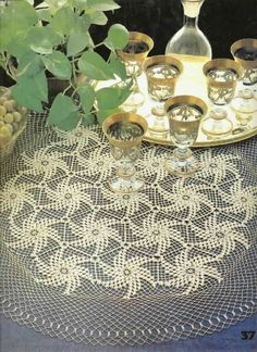 Lace tablecloth of hexagonal motifs Crochet Dollies, Crochet Stars, Knit Or Crochet, Filet Crochet, Irish Crochet, Crochet Tablecloth Pattern, Crochet Doily Patterns, Crochet Motif, Crochet Table Runner