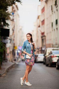 90s style, printed skirt, denim jacket, white bag, asos, streetstyle, streetfashion