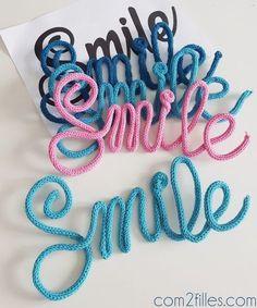Des mots en tricotin pour décorer votre lieu de travail ou les chambres de vos enfants ? Et quel mot créer ? Smile ! Pour donner le sourire à tous !
