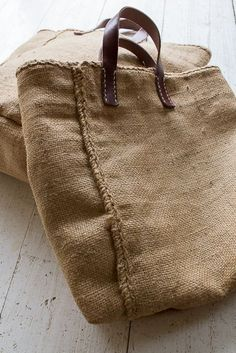 We made old hemp bag and made bag. The combination of flax color and leather, which has increased in Burlap Bags, Jute Bags, Hessian, My Bags, Purses And Bags, Sac Week End, Linen Bag, Fabric Bags, Knitted Bags