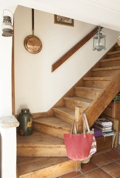 Muro junto a las escaleras (Liz & Tim's Quaint Seaside Cottage & Garden — House Tour Cottage Stairs, House Stairs, Stairs In Homes, Rustic Staircase, Staircase Design, Entryway Stairs, Cottage Interiors, Cottage Homes, Modern Rustic Interiors