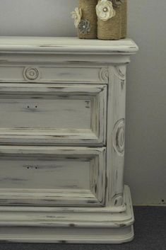Awesome Chalk Paint Furniture White Distressed furniture paint The Beginner s Guide to Distressing Furniture the Easy Way Grey Distressed Furniture, Distressed Dresser, Distressed Painting, White Wood Furniture, Mirrored Furniture, How To Paint Rustic Furniture, Shabby Chic Chalk Paint, Shabby Chic Furniture, Vintage Furniture